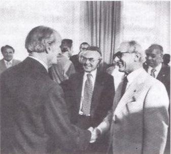 Hans Pischner nimmt mit Erich Honecker das Defilé der Vorsitzenden der DDR-Künstlerverbände ab, links Ernst Hermann Meyer, Vorsitzender des Verbandes der Komponisten und Musikwissenschaftler der DDR