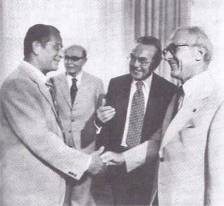 Hans Pischner nimmt mit Erich Honecker das Defilé der Vorsitzenden der DDR-Künstlerverbände ab, links Willi Sitte, Präsident des Verbandes Bildender Künstler der DDR