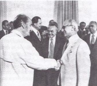 Hans Pischner nimmt mit Erich Honecker das Defilé der Vorsitzenden der DDR-Künstlerverbände ab, links Andrew Thorndike, Präsident der Film- und Fernsehschaffenden der DDR