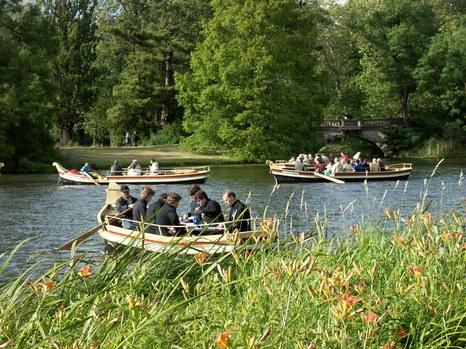 """DER BLAUE KLANG - vorn Bariton-Boot, hinten Sopran-Boot, rechts Publikums-Boote. Zerbster Volksstimme, 6.7. 2004: """"""""So bewusst habe ich den Park, obwohl ich ihn schon oft besucht habe, noch nie gesehen"""" sagte sichtlich bewegt ein älterer Oranienbaumer Gast. ... Größte Anerkennung all denen, die dieses unzweifelhaft monumentale Kunstwerk geschaffen und umgesetzt haben."""""""