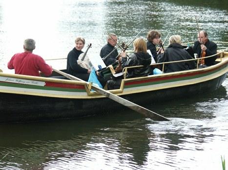 DER BLAUE KLANG - eines der beiden Violinen-Boote auf dem Kleinen Walloch