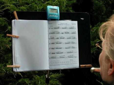 DER BLAUE KLANG - 2.Flötistin mit Noten und Funkuhr