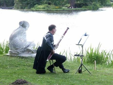 DER BLAUE KLANG - Landschaftsklang-Komposition für voneinander weit entfernte Vokal- und Orchestergruppen , der 1. Fagottist des Orchesters an der Muschelsucherin