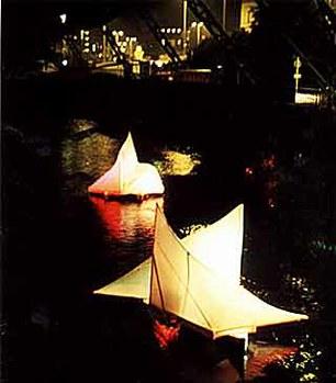 MusikTexte 12/92  über KLANGSEGEL: »Die Klangsegel wurden zu einer kleinen Wallfahrtsstätte für die Wuppertaler, die sich Abend für Abend mit großem Interesse am Ufer der Wupper einfanden.« Abbildung: Klangsegel auf der Wupper (Foto-Rainer Dunkel)