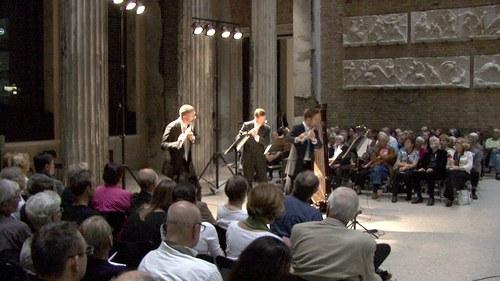 """H. Johannes Wallmann """"schilf in händen"""", Uraufführung im Neuen Museum Berlin am 29.9. 2011 (hier Im Foto die Position 1 = vorn;  Solisten des Rundfunk-Sinfonieorchesters Berlin), Foto: Peter Lange"""